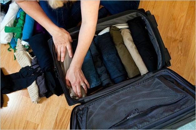 Cuộn tròn quần áo giúp bạn tránh nhàu đồ và tiết kiệm được vị trí trong valy. Ảnh: stagetecture.com