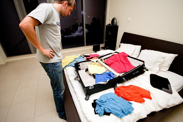 Mỗi lần đi du lịch là một lần đau đầu với đồ đạc. Ảnh: stagetecture.com.